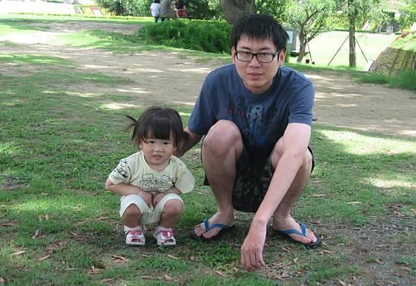 2011-05-05 爸爸蹲下來拍~她也要跟著蹲.JPG