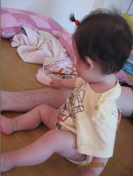 2010-05-25 小沛沛拔爸爸腿毛.JPG