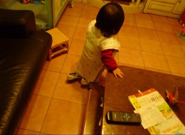 2010-01-30 沛沛愛偷穿媽媽的高跟鞋 3.JPG