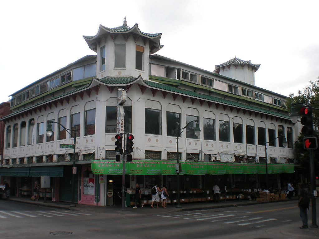 1024px-Honolulu-Chinatown-WoFat-building