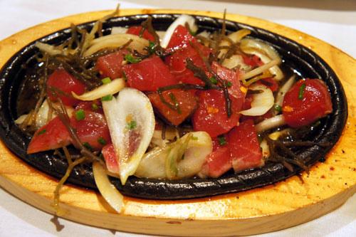 Roy餐廳生魚片鐵板燒,也是店內客人必點的開胃菜。