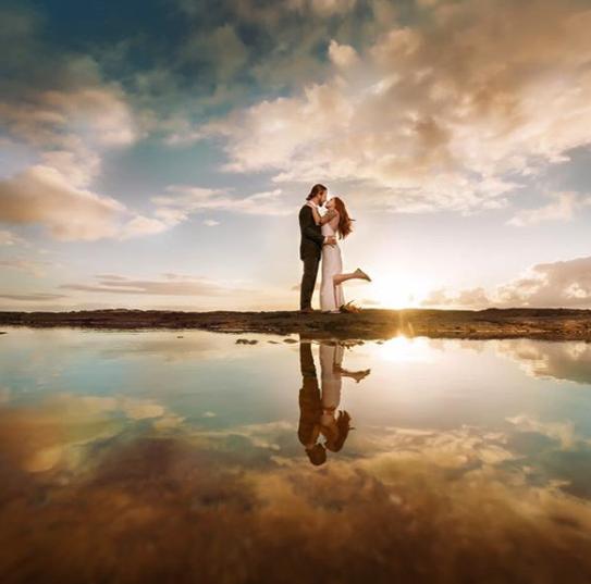UGC_ Wedding Couple Standing with Reflection by @alexkweddings