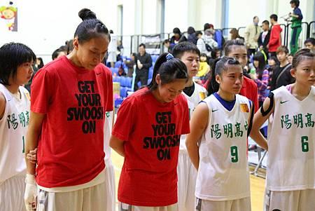 102學年HBL女甲級14日陽明史埥茹,左,與謝謦安等人淚流滿面.jpg