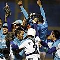 穀保奪得決賽資格球員興奮抱在一起慶賀