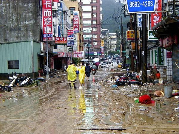 納莉颱風福安街口