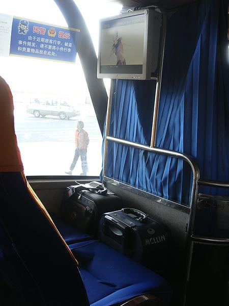司機要我們把行李放前面.JPG
