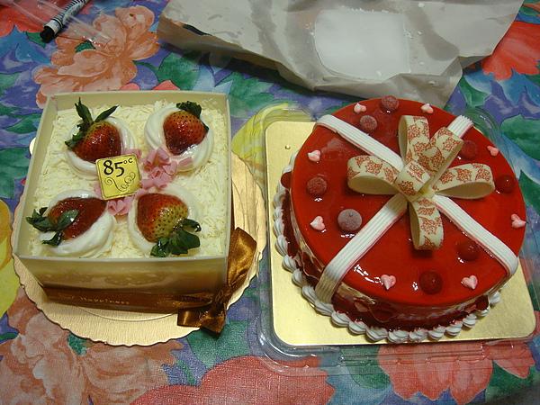 今年有兩個蛋糕伺候XD.JPG