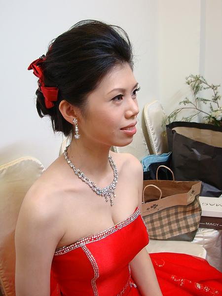 盤髮方便儀式戴項鍊.JPG