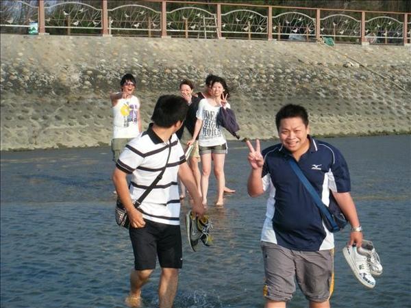 志鴻說水很淺..可是罵丸已經快淹到膝蓋了