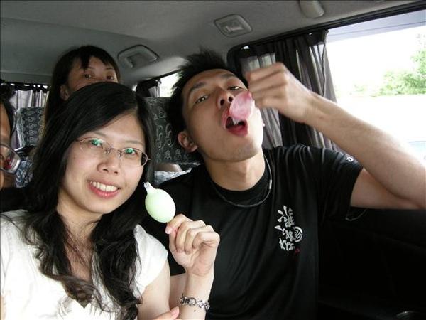 在車上吃雞蛋冰