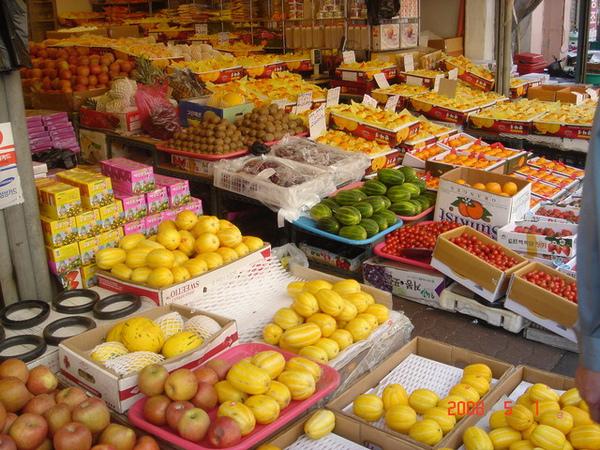 東門市場的水果攤有很多種不一樣的水果