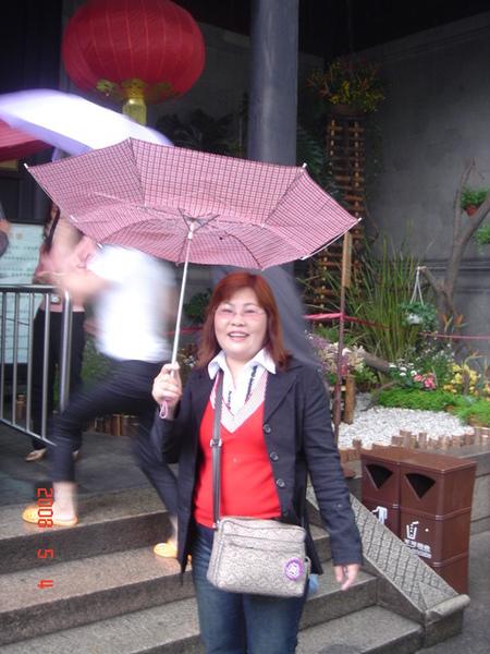 當地人都這樣撐傘..這傘是剛買的..結果六分鐘就壞了