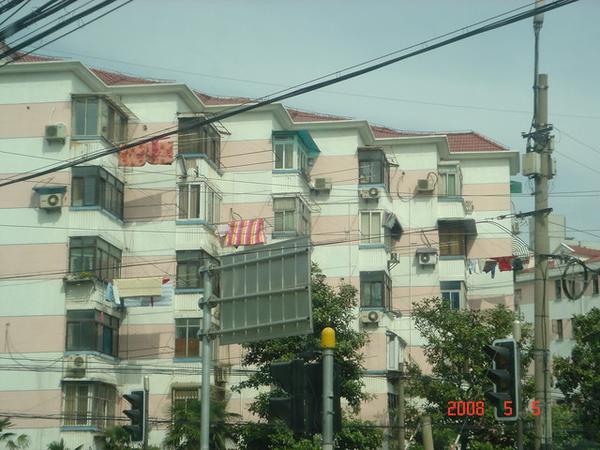上海曬衣服都是這樣晾在外面
