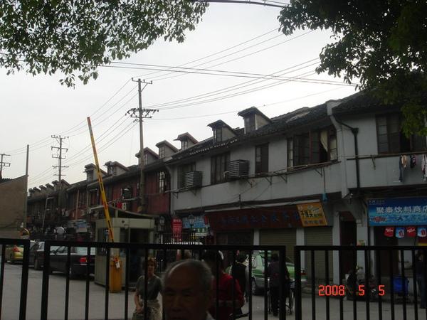 上海的老房子上面都會有個小窗戶