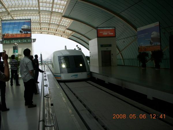 磁浮列車進站中