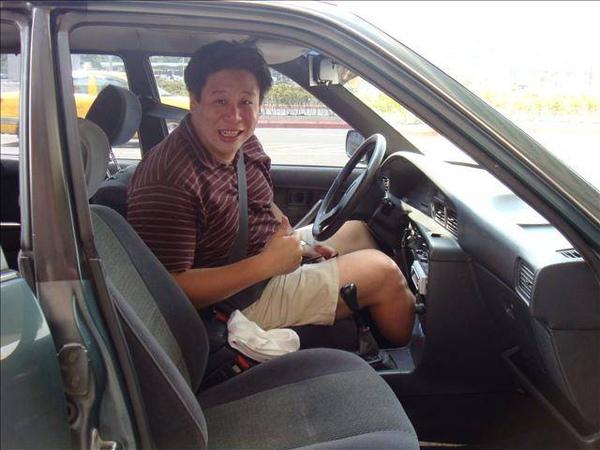 漢章學長坐進去就顯得車子好小喔