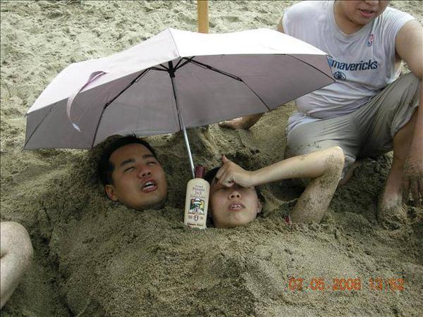 我們還很貼心地幫他準備把傘