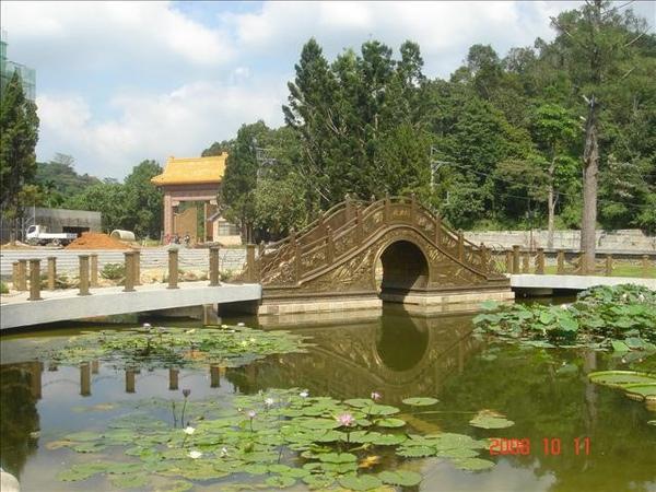 寺內的銅橋