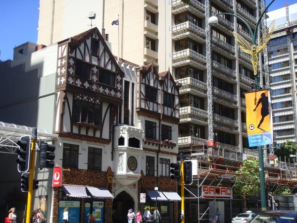 特別的是外面像棟房子~但進去後是購物街.JPG