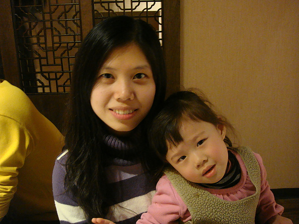 小湘湘跟阿姨照相.JPG