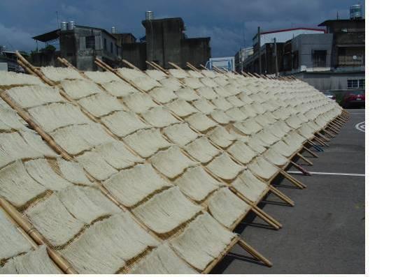 成福宮廟外可見到傳統的曬米粉棚.JPG