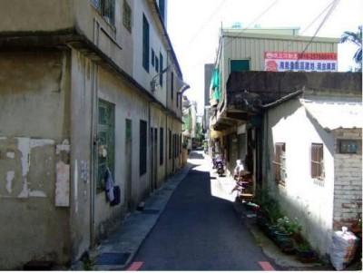 狹窄的巷道與老舊的建築2.JPG