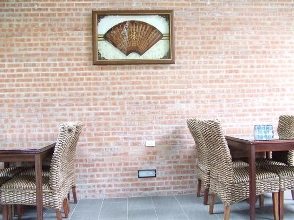 紅磚壁面配上藤木桌椅,很有品味