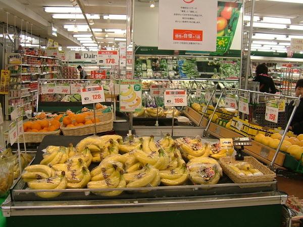 看到沒,在台灣都快沒人吃的香蕉,日本居然賣這麼貴,回去要狂吃