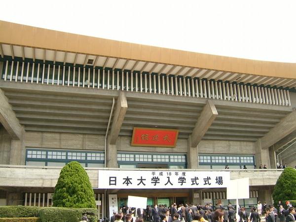 在穿越重重人潮後,舉行一堆演唱會的武道館終於出現了