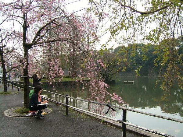 日本走到哪都有人在寫生,真是有氣質
