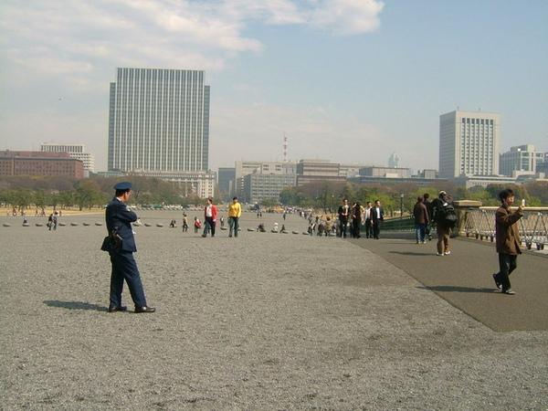 廣場景觀(那位警官一直特別注意前面那群大陸觀光客,WHY~)