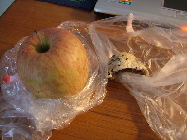 06/04/09週日不供餐,今天午餐要享用自行準備的麵包水果