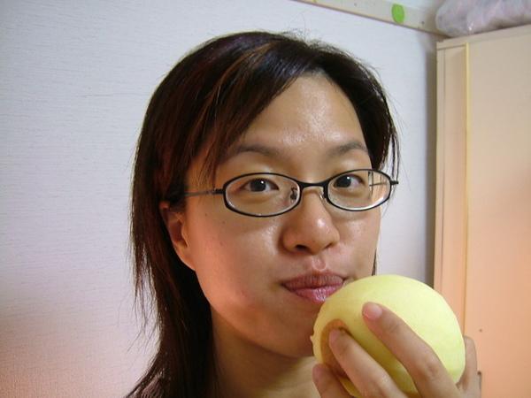 上次買的蘋果吃完了,又去買了一袋,好吃喔~