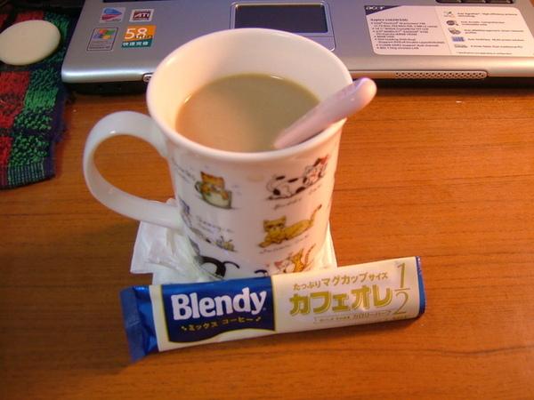 超想喝咖啡的啦~就跑去超市買即溶包~還是熱量減半的喔
