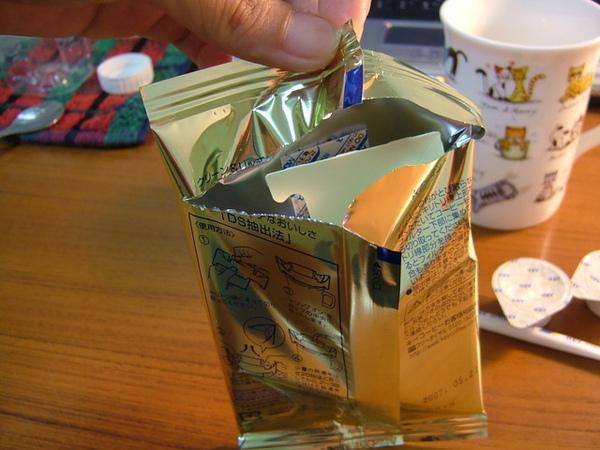 發現沒,日本東西就是這樣貼心,從後面打開剛好可以拿出咖啡包