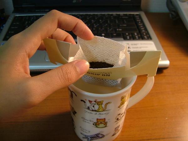只要輕輕撕開上面的折線,咖啡就會乖乖的躺在紙包裡喔