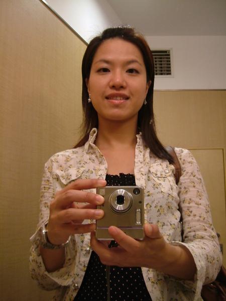 下午出門去新宿逛三越,趁機在廁所裡偷拍
