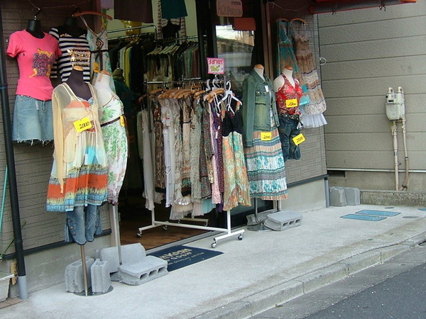 通學路上賣便宜服飾的店面