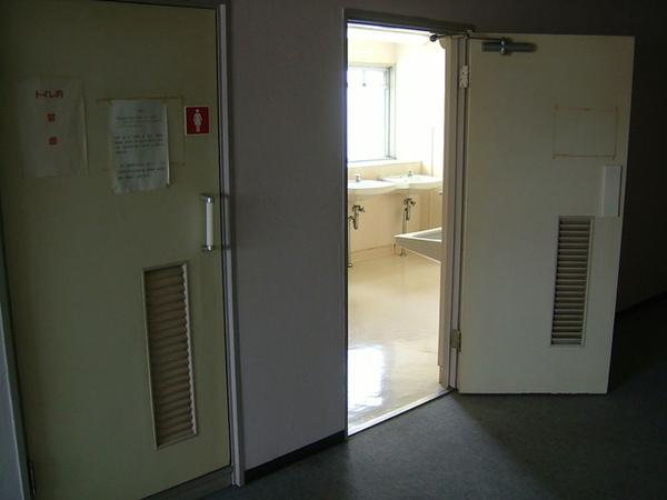 廁所跟洗面台是公用,根本就是以前大學時住宿的景象