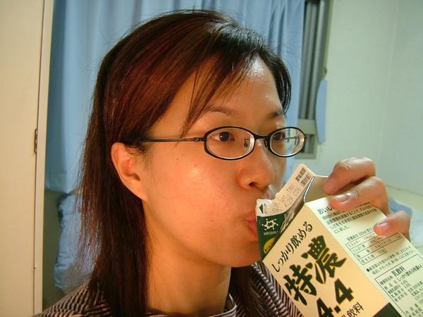 沒想到因為沒冰箱只能一口氣喝完,害我後來好想吐!