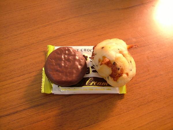 包裝上寫「小」巧克力餅,還真的很小耶~比麵包還小,可愛~