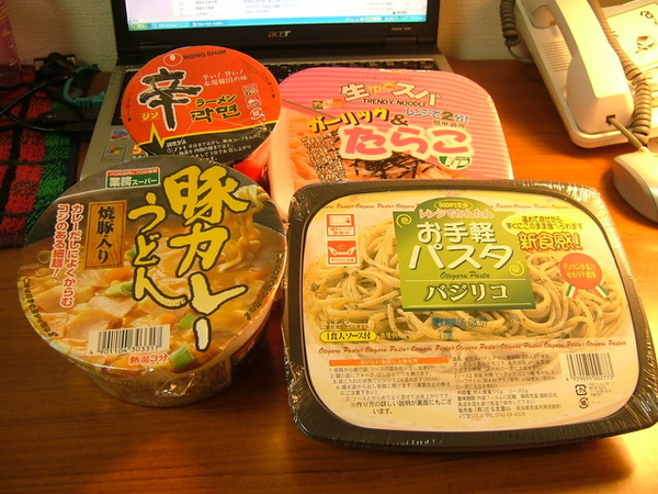 這就是我在超市拼來的食物,準備當作週日泡麵大餐的口下冤魂