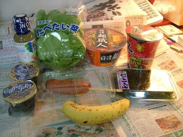 06/04/29今天一整天的食物全攤在桌上了