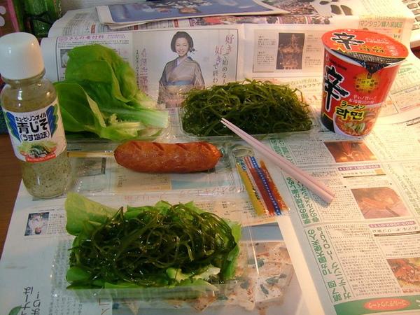 受不了老沒吃到足夠青菜,自己跑去超市買洋菜來吃