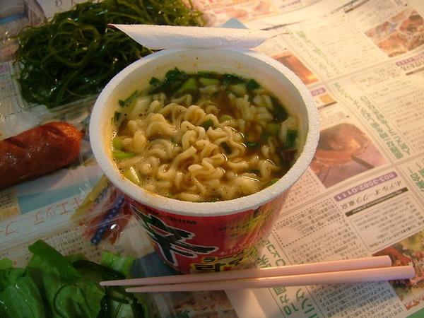 剩下的一半生菜留著晚上吃,中午的午餐是日本製的韓國泡麵