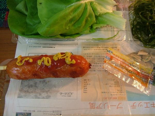 中午買了跟日本的熱狗吃吃,看跟台灣的熱狗有啥不一樣