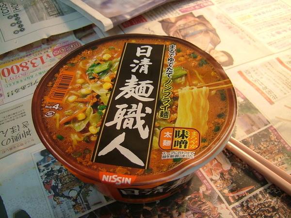 晚餐的泡麵主角,來試試咖哩味噌口味的拉麵