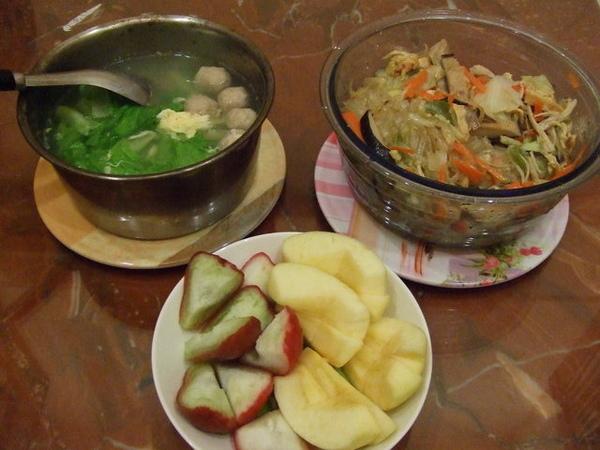 再簡單弄個青菜蛋花貢丸湯,順便切個水果,就是豐盛的一餐囉