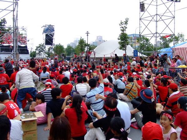 喔~原來是因為今天週末,有紅衫軍在抗議啊