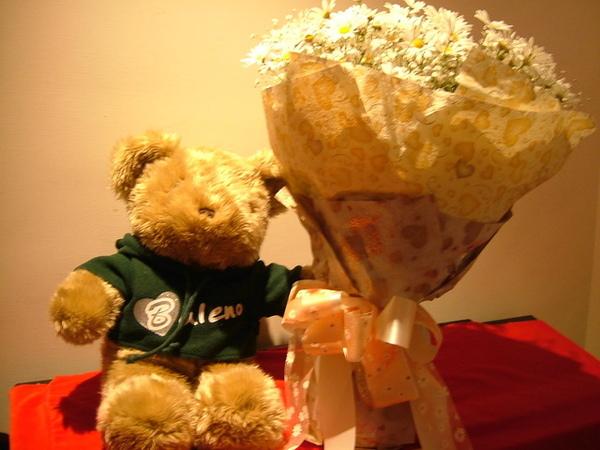凱哥過年時送彥汝的小熊跟小花兒合照